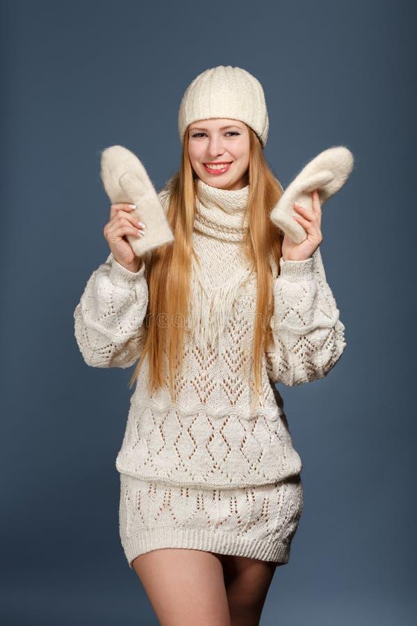 Χαμογελώντας όμορφη μοντέρνη ξανθή γυναίκα στα άσπρα πλεκτά WI μαντίλι στοκ φωτογραφίες