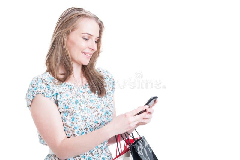 Χαμογελώντας όμορφο θηλυκό με τσαντών αγορών στοκ φωτογραφία με δικαίωμα ελεύθερης χρήσης
