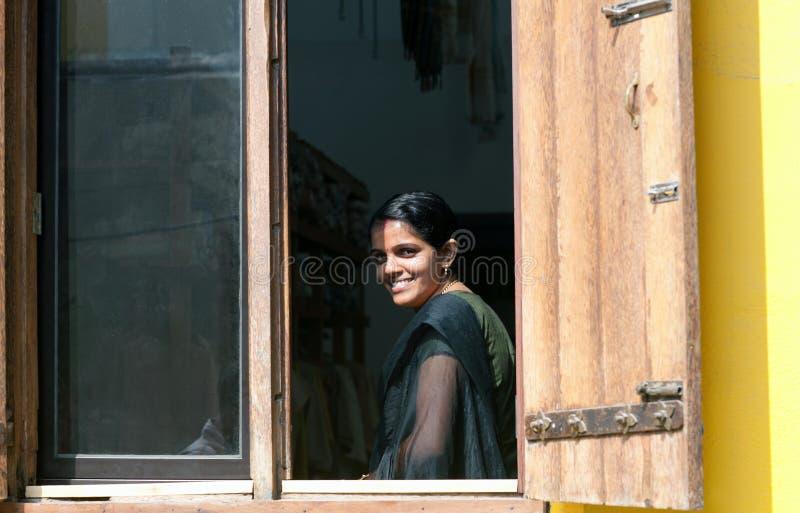 Χαμογελώντας όμορφο ινδικό κορίτσι στοκ εικόνα με δικαίωμα ελεύθερης χρήσης