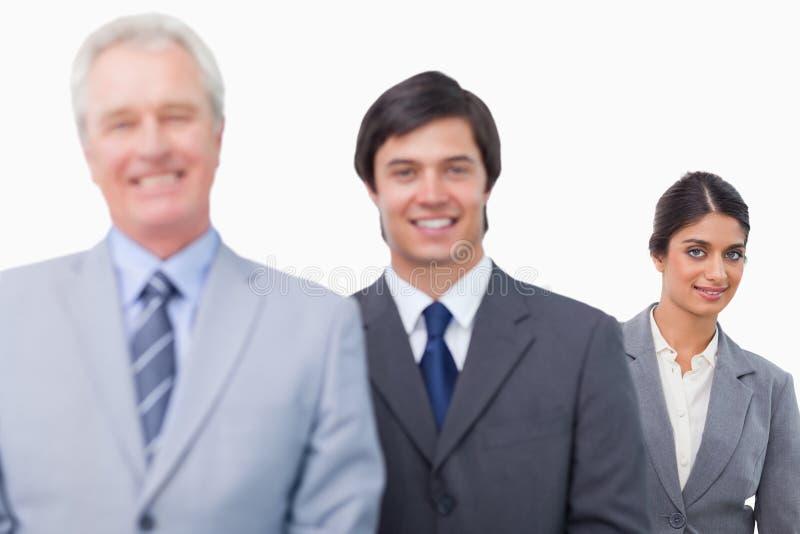 Χαμογελώντας ώριμος επιχειρηματίας με τους υπαλλήλους του στοκ φωτογραφία με δικαίωμα ελεύθερης χρήσης