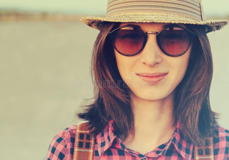 Χαμογελώντας hipster κορίτσι στοκ φωτογραφίες με δικαίωμα ελεύθερης χρήσης