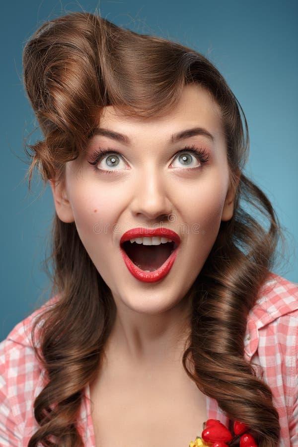Χαμογελώντας pinup κορίτσι ομορφιάς στο μπλε υπόβαθρο στοκ εικόνα με δικαίωμα ελεύθερης χρήσης