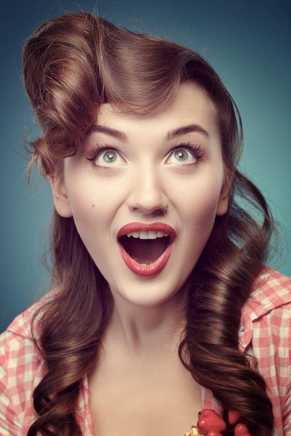 Χαμογελώντας pinup κορίτσι ομορφιάς στο μπλε υπόβαθρο στοκ φωτογραφίες