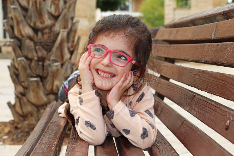 Χαμόγελα χαριτωμένα ευτυχή μικρών κοριτσιών στοκ φωτογραφία