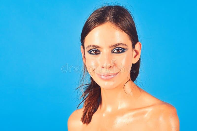 Χαμόγελο γυναικών με το ελαιούχο πρόσωπο δερμάτων, ώμοι, skincare στοκ φωτογραφία με δικαίωμα ελεύθερης χρήσης