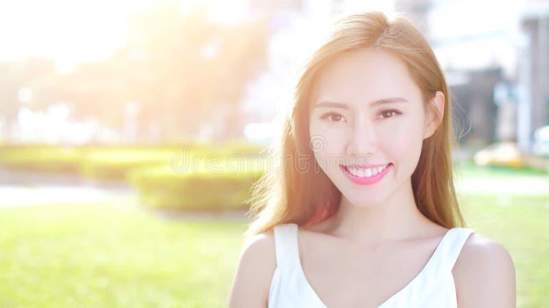 Χαμόγελο γυναικών ομορφιάς ευτυχώς στοκ εικόνα με δικαίωμα ελεύθερης χρήσης