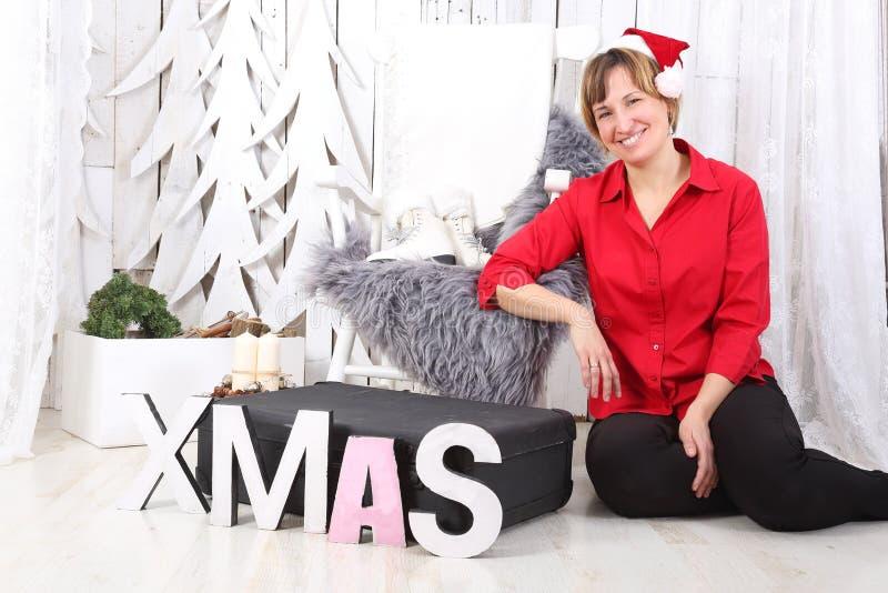 Χαμόγελο γυναικών στα Χριστούγεννα στοκ εικόνες