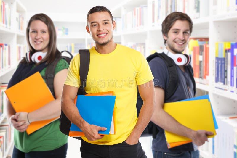 Χαμόγελο εκπαίδευσης βιβλιοθηκών μελετών νέων σπουδαστών φοιτητών πανεπιστημίου ευτυχές στοκ φωτογραφία με δικαίωμα ελεύθερης χρήσης