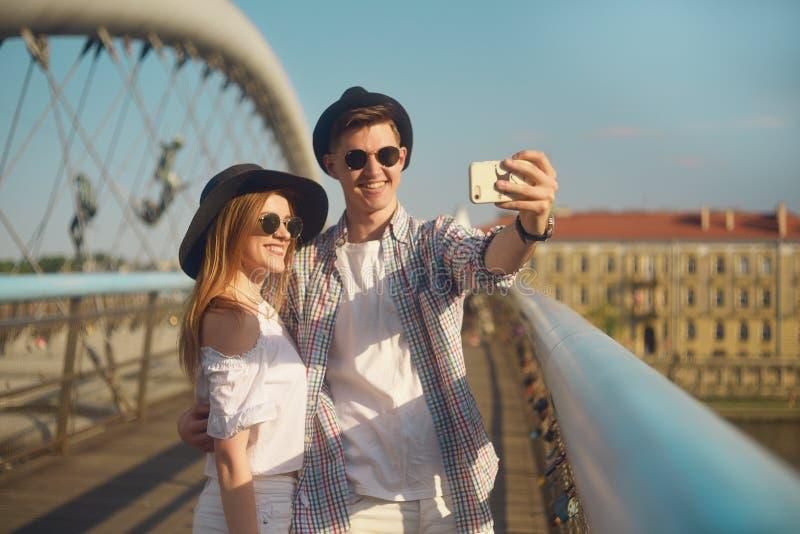 Χαμόγελο ζεύγους στη γέφυρα Τουρίστας που έχει τη διασκέδαση στις διακοπές περιπέτειας ταξιδιού sumer Ευτυχείς τουρίστες που παίρ στοκ φωτογραφία με δικαίωμα ελεύθερης χρήσης