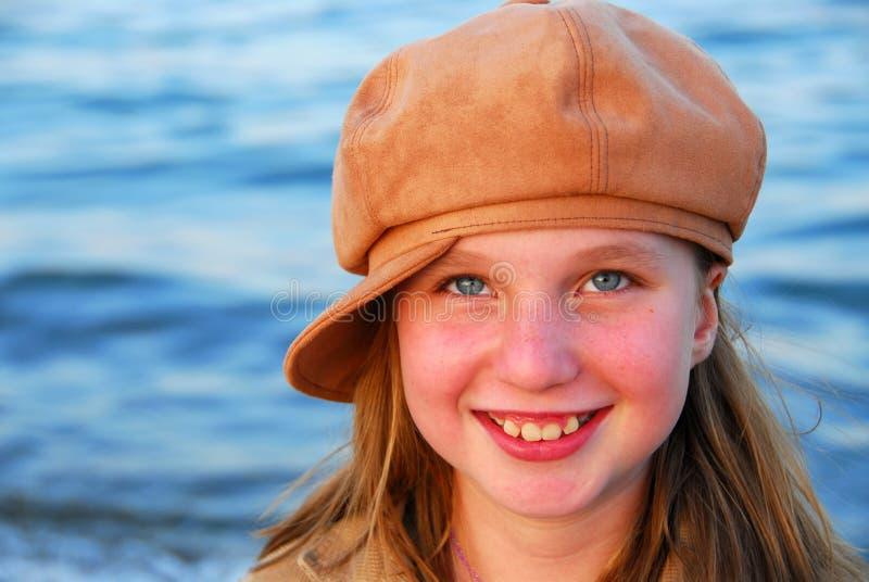 χαμόγελο καπέλων κοριτσ& στοκ φωτογραφία με δικαίωμα ελεύθερης χρήσης