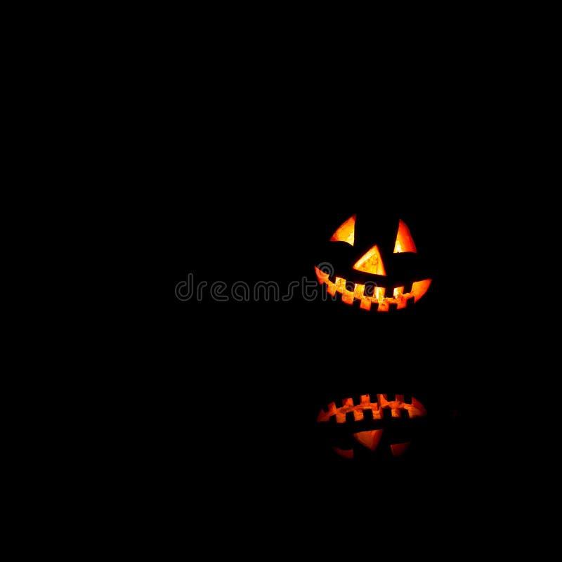 Χαμόγελο κολοκυθών αποκριών και τρομακτικά μάτια για τη νύχτα κομμάτων Κλείστε επάνω την άποψη του παλαιού Jack-ο-φαναριού τρομακ στοκ εικόνες με δικαίωμα ελεύθερης χρήσης