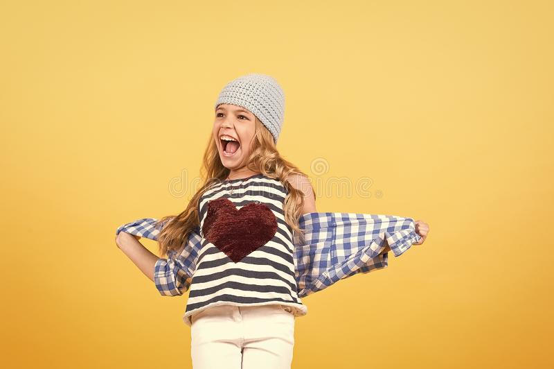 Χαμόγελο μικρών κοριτσιών με την κόκκινη καρδιά στην μπλούζα, μόδα στοκ εικόνες με δικαίωμα ελεύθερης χρήσης