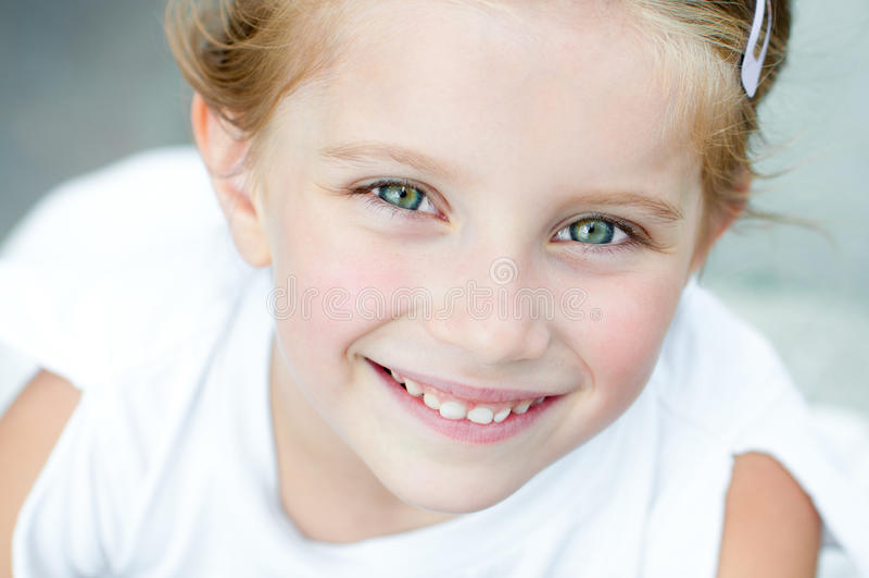 Χαμόγελο μικρών κοριτσιών στοκ φωτογραφίες με δικαίωμα ελεύθερης χρήσης