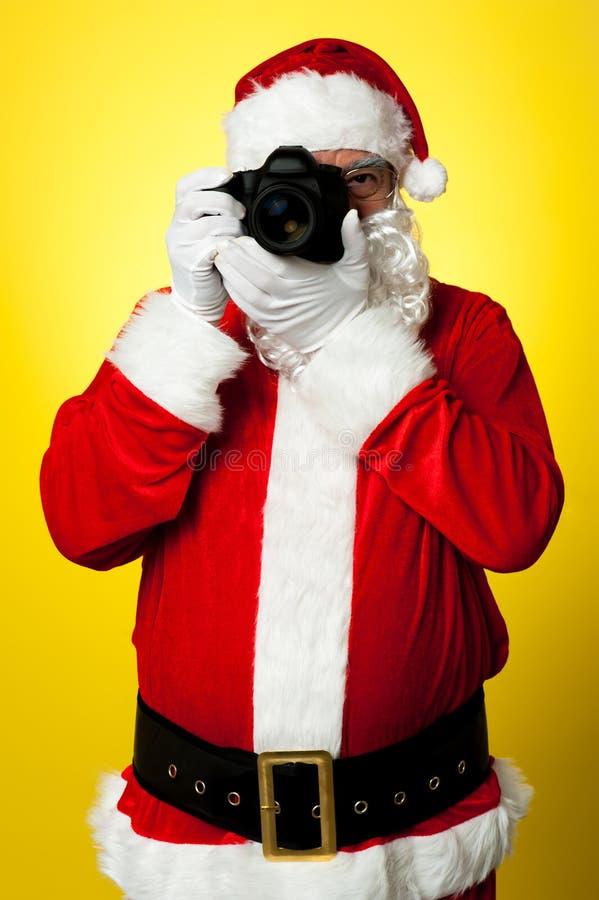 Χαμόγελο παρακαλώ! Santa που συλλαμβάνει ένα τέλειο πλαίσιο στοκ φωτογραφία με δικαίωμα ελεύθερης χρήσης