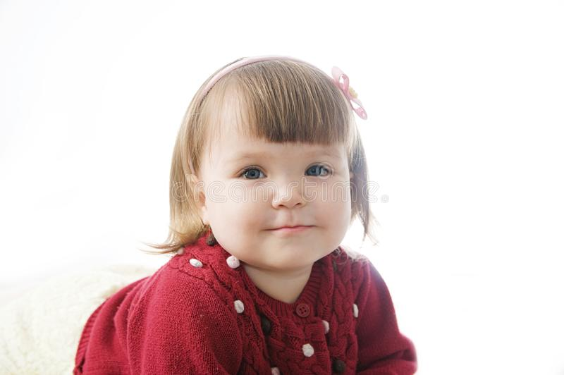 Χαμόγελο πορτρέτου μικρών κοριτσιών ευτυχές χαριτωμένο καυκάσιο μωρό στο άσπρο υπόβαθρο στοκ φωτογραφία με δικαίωμα ελεύθερης χρήσης