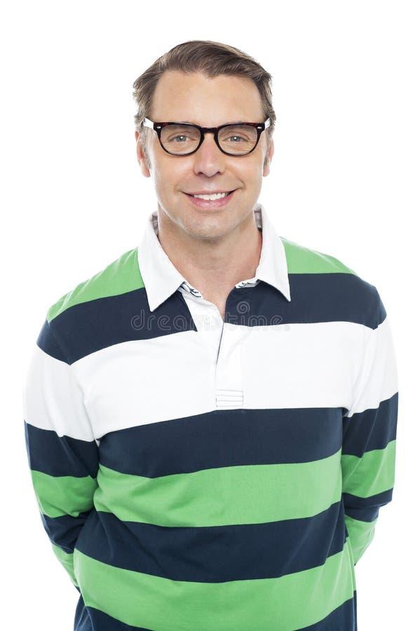 Χαμόγελο του καυκάσιου τύπου μόδας που φορά τα γυαλιά στοκ εικόνα