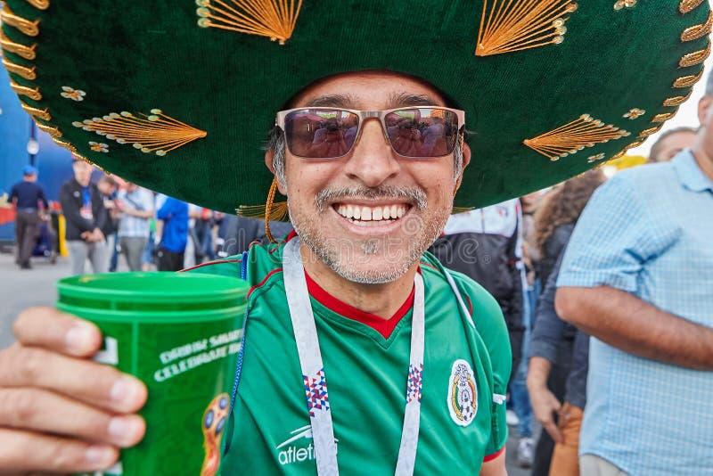 Χαμόγελο του μεξικάνικου ανεμιστήρα ποδοσφαίρου στο σομπρέρο, Αγία Πετρούπολη, Ρωσία στοκ φωτογραφία