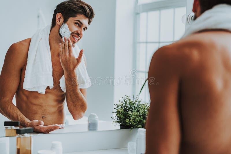 Χαμόγελο του τύπου που προετοιμάζεται να ξυρίσει τη γενειάδα του στοκ εικόνες με δικαίωμα ελεύθερης χρήσης