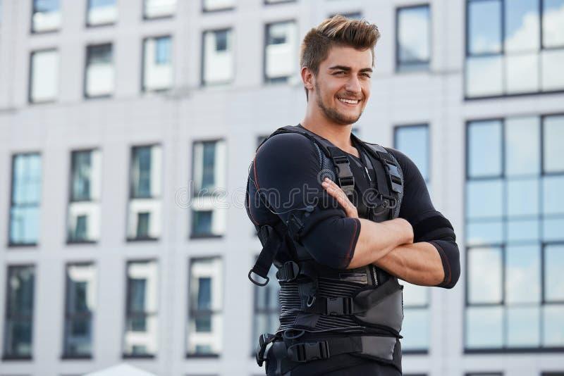 Χαμόγελο του χαρούμενου τύπου που στηρίζεται μετά από την κατάρτιση EMS στοκ φωτογραφία με δικαίωμα ελεύθερης χρήσης