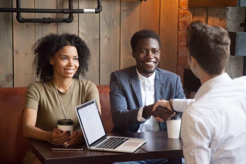 Χαμόγελο των χεριών τινάγματος ζευγών αφροαμερικάνων στο σύμβουλο μεσιτών στοκ φωτογραφίες