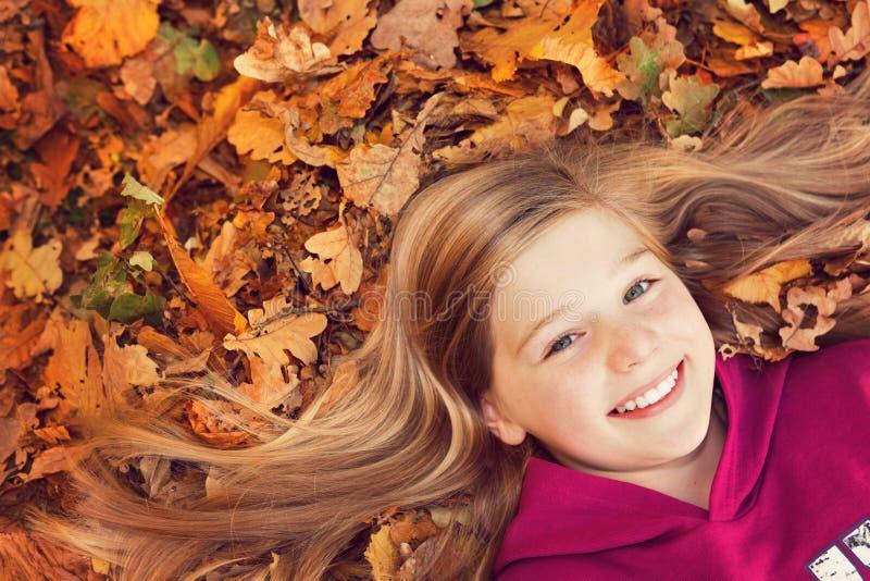 χαμόγελο φύλλων κοριτσιών φθινοπώρου στοκ φωτογραφία με δικαίωμα ελεύθερης χρήσης