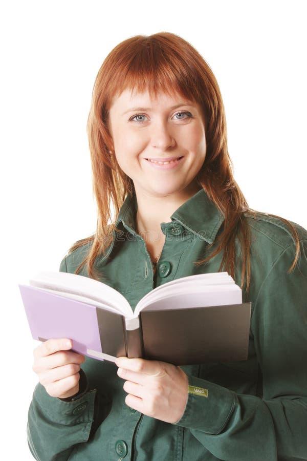 Χαμόγελο redhead με το ανοικτό βιβλίο στοκ εικόνες