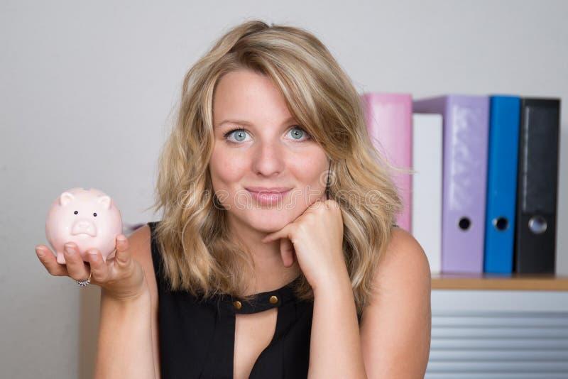 Χαμόγελο γυναικών αποταμίευσης τραπεζών Piggy ευτυχές Θηλυκή ρόδινη piggy τράπεζα εκμετάλλευσης στο άσπρο υπόβαθρο Πολυ-εθνικά κι στοκ φωτογραφία με δικαίωμα ελεύθερης χρήσης