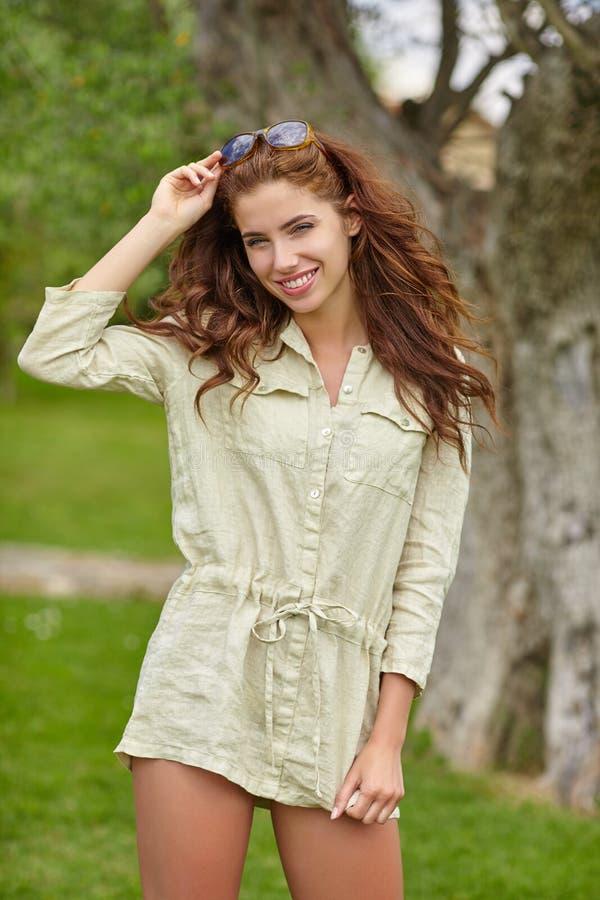 Χαμόγελο γυναικών ευτυχές την ηλιόλουστη θερινή ημέρα outs στοκ φωτογραφίες με δικαίωμα ελεύθερης χρήσης