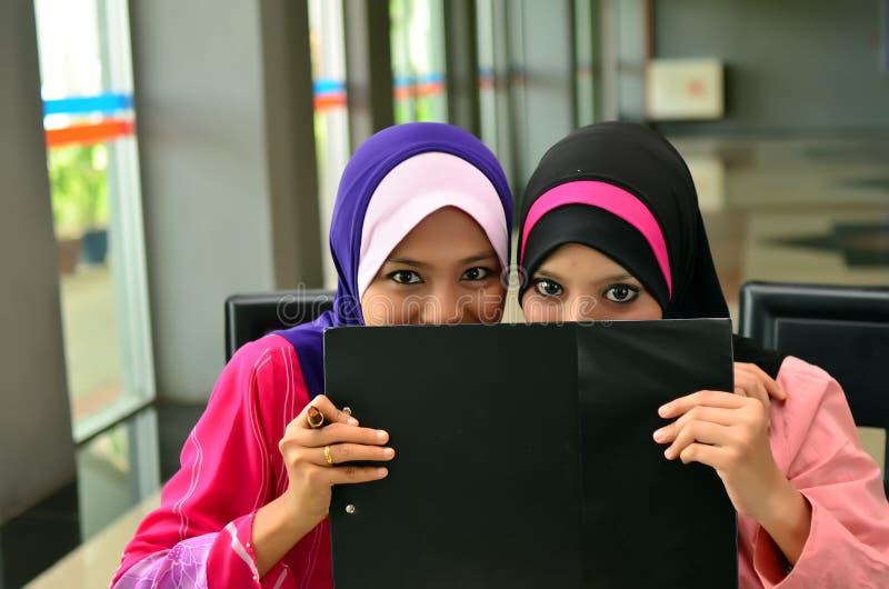 Χαμόγελο επιχειρησιακών γυναικών Muslimah από κοινού στοκ εικόνα με δικαίωμα ελεύθερης χρήσης