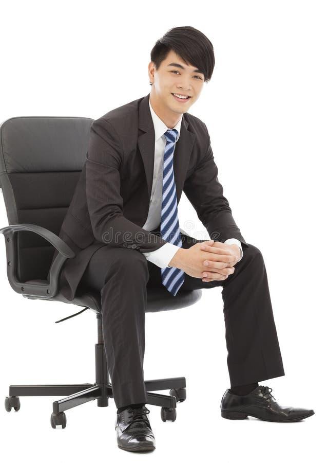 Χαμόγελο και όμορφη νέα συνεδρίαση επιχειρησιακών ατόμων σε μια καρέκλα στοκ εικόνα με δικαίωμα ελεύθερης χρήσης