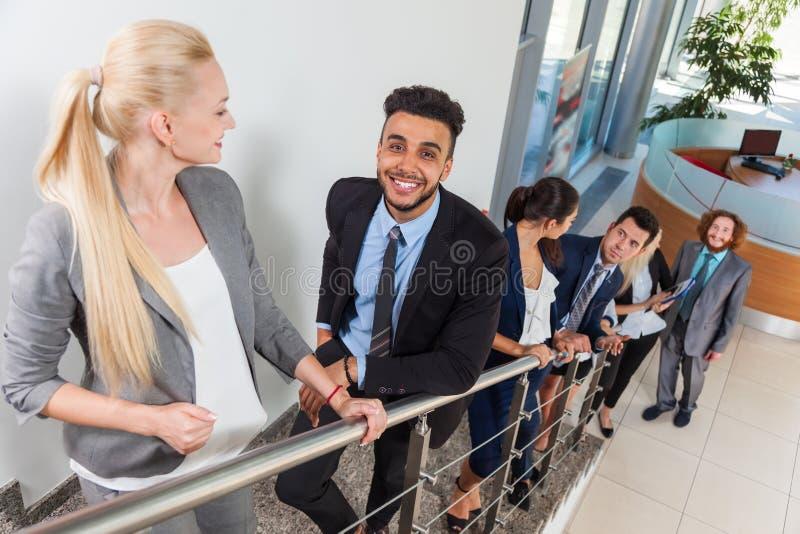 Χαμόγελο ομάδας επιχειρηματιών που πηγαίνει επάνω, Businesspeople στοκ φωτογραφία