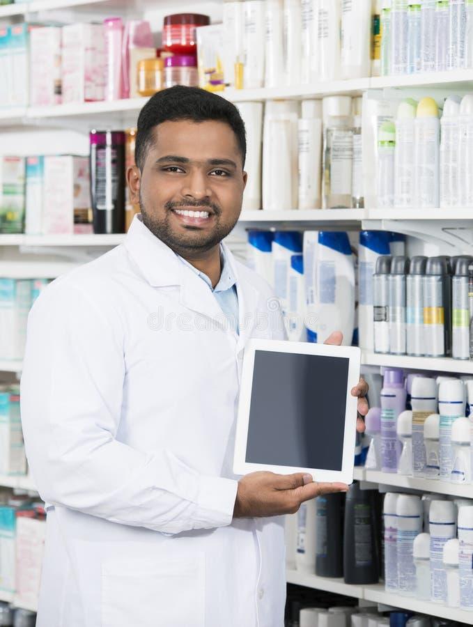 Χαμόγελο της ψηφιακής ταμπλέτας εκμετάλλευσης φαρμακοποιών με την κενή οθόνη στοκ εικόνα