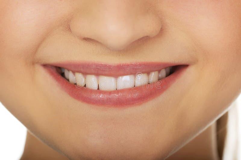 Χαμόγελο της όμορφης νέας γυναίκας στοκ εικόνες