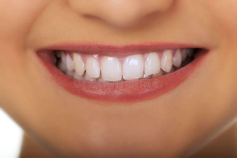Χαμόγελο της όμορφης νέας γυναίκας στοκ φωτογραφία με δικαίωμα ελεύθερης χρήσης