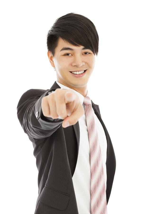 Χαμόγελο του νέου δάχτυλου σημείου επιχειρησιακών ατόμων στο φακό καμερών στοκ εικόνα