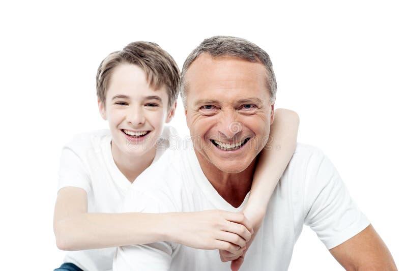 Χαμόγελο του πυροβολισμού ενός πατέρα και ενός γιου στοκ φωτογραφία με δικαίωμα ελεύθερης χρήσης