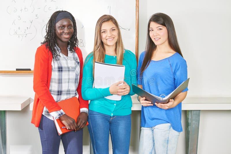 Χαμόγελο τριών εφηβικό σπουδαστών στοκ εικόνα