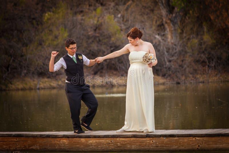Χαμόγελο Cople που χορεύει πέρα από τη λίμνη στοκ φωτογραφία