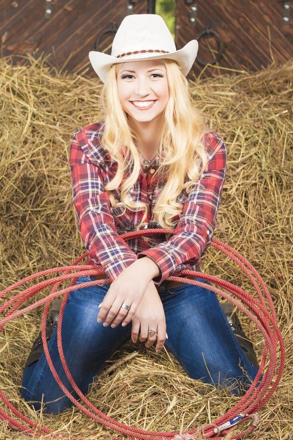 Χαμόγελο Cowgirl με το σχοινί λάσων σε Cattleshed στοκ εικόνα με δικαίωμα ελεύθερης χρήσης
