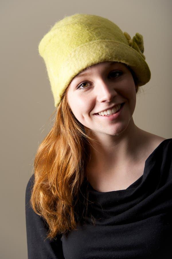 Χαμόγελο redhead με τα λακκάκια στο πράσινο καπέλο στοκ εικόνα