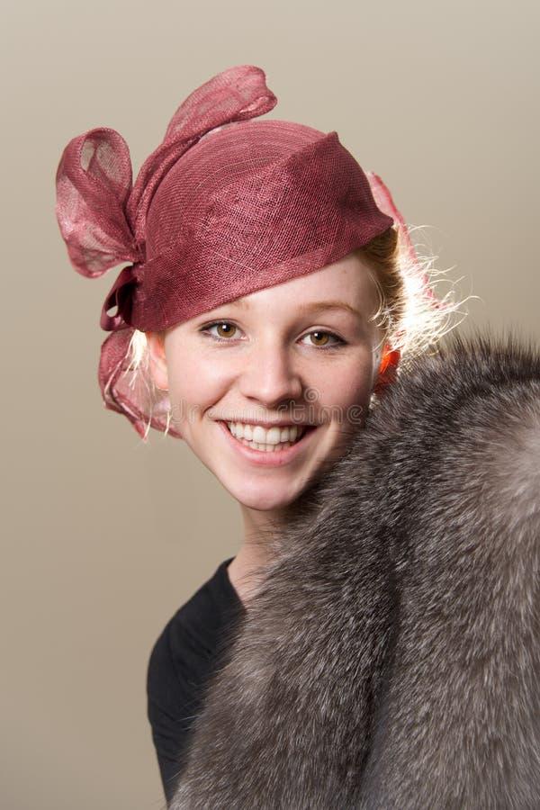 Χαμόγελο redhead στο καπέλο και τη γούνα πλέγματος στοκ φωτογραφίες