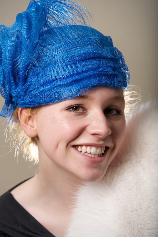 Χαμόγελο redhead στο μπλε καπέλο και τη γούνα στοκ εικόνες