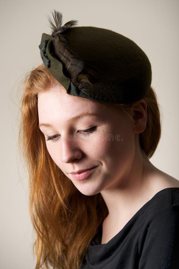 Χαμόγελο redhead στο πράσινο καπέλο με το τόξο στοκ φωτογραφίες με δικαίωμα ελεύθερης χρήσης
