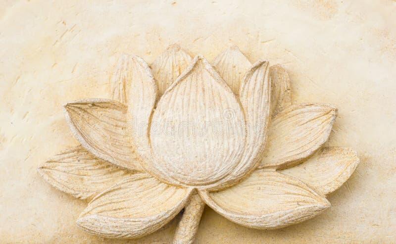 Χαράζοντας άργιλος του λουλουδιού λωτού στον τοίχο στοκ εικόνες