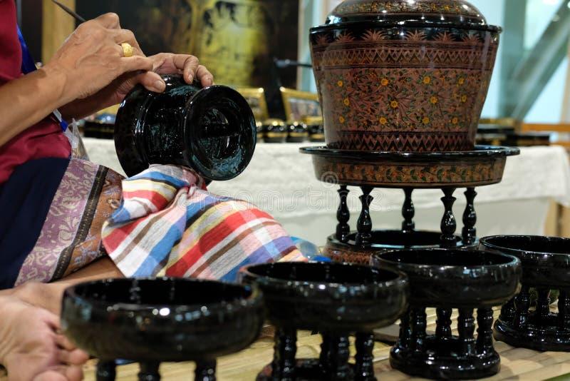 χαράζοντας σχέδιο βιοτεχνών στον παραδοσιακό δίσκο της Ταϊλάνδης στοκ εικόνες με δικαίωμα ελεύθερης χρήσης