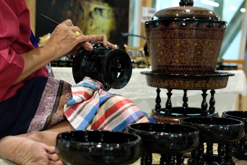 χαράζοντας σχέδιο βιοτεχνών στον παραδοσιακό δίσκο της Ταϊλάνδης στοκ φωτογραφία με δικαίωμα ελεύθερης χρήσης