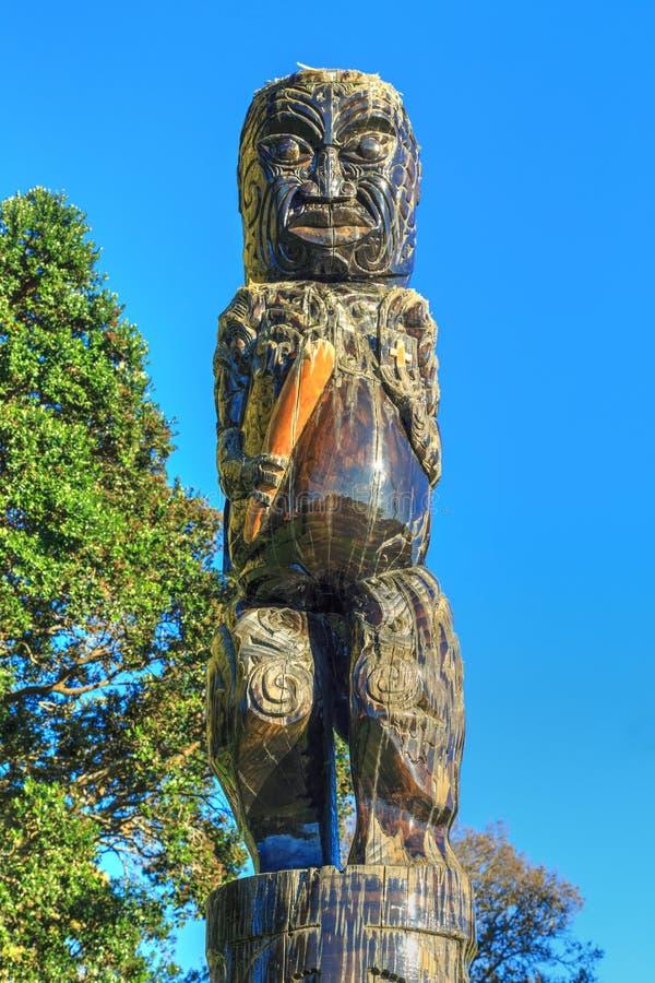 χαράζοντας maori δάσος Αρσενικός αριθμός για τον πόλο, Tauranga, Νέα Ζηλανδία στοκ εικόνα