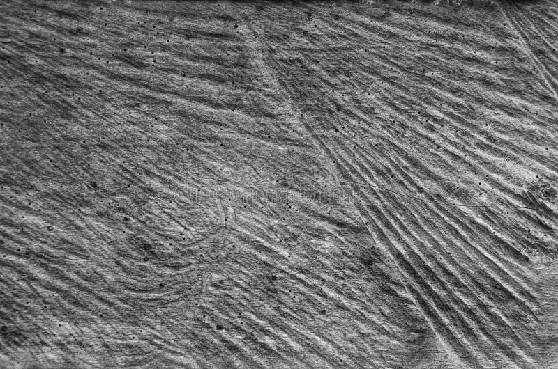 Χαραγμένος, σμιλευμένη παλαιά ξύλινη κινηματογράφηση σε πρώτο πλάνο ηλικίας, φαγωμένο pruner ?αγωμένο σκούρο γκρι υπόβαθρο σύστασ στοκ εικόνες