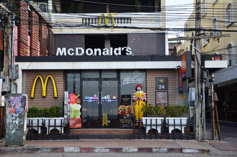 Χαρακτήρας του Ronald McDonald κοντά στο εστιατόριο McDonalds στοκ εικόνα