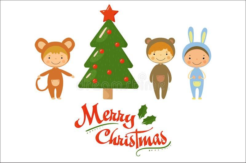 Χαρακτήρες παιδιών κινούμενων σχεδίων στα κοστούμια καρναβαλιού που στέκονται κοντά στο πράσινο δέντρο διακοπών εύθυμο θέμα Χριστ ελεύθερη απεικόνιση δικαιώματος